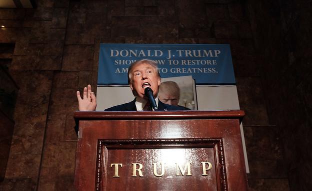 """דונלד טראמפ משיק את ספרו: """"אמריקה הנכה"""", נובמבר 2015 (צילום: Spencer Platt, GettyImages IL)"""