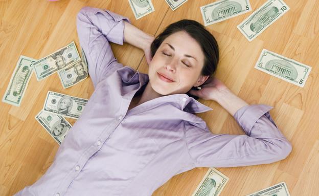 אישה ישנה על שטרות כסף (אילוסטרציה: Jupiterimages, Thinkstock)