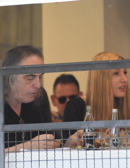 צביקה פיק ושירה בקנטינה (צילום: צ'ינו פפראצי)