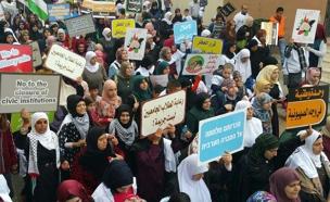 אלפי המפגינים, היום