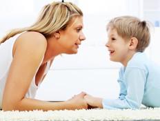 ילד מדבר עם אמא שלו (צילום: kristian sekulic, Istock)