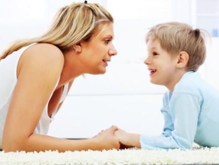 ילד מדבר עם אמא שלו
