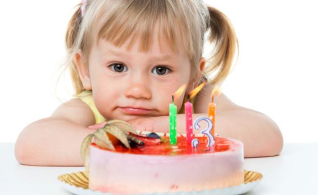 ילדה מול עוגת יום הולדת (צילום: אימג'בנק / Thinkstock)