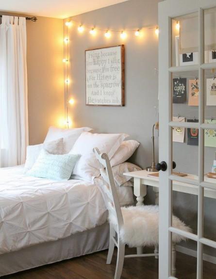 גרלנדות, אווירה בחדר השינה. (צילום:  lemonademakinmama.com)