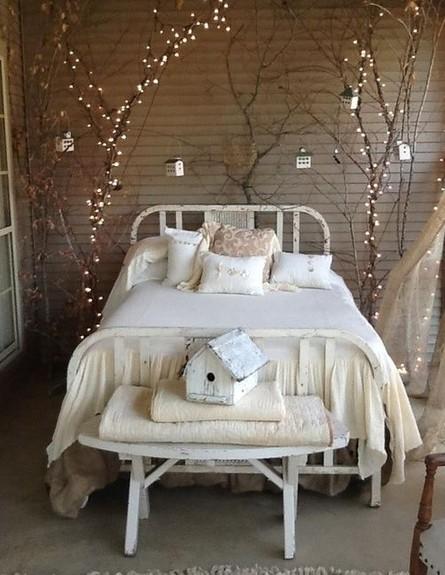גרלנדות, פתיתים של אור עוטפים את חלל השינה.  (צילום: thevivent.com)