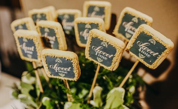 חתונות 19, שלטים ממותגים מלווים את הארוע (צילום: עידן חסון, מיתוג-המיתוגיה)