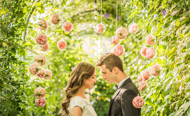 חתונות 24, מוביילים עם פרחים מסביב לחופה (צילום: חיים אפריאט)