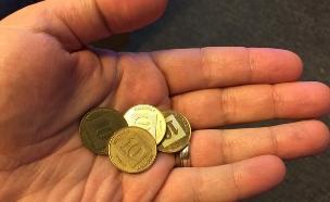 יד מחזיקה כסף (צילום: אור גץ)