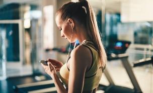 מתאמנת עושה ספורט עם אוזניות (צילום: אימג'בנק / Thinkstock)