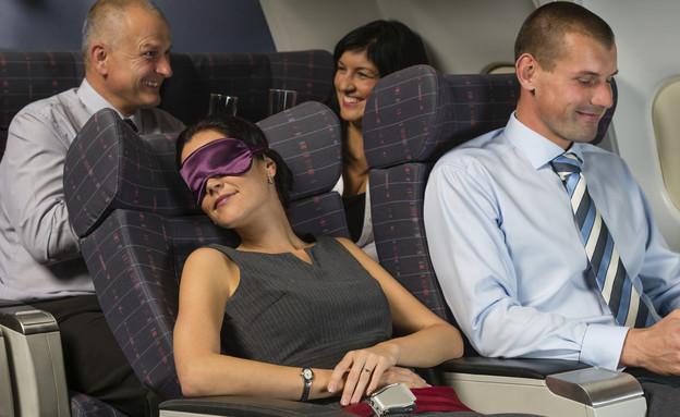 אישה ישנה במטוס (צילום: אימג'בנק / Thinkstock)