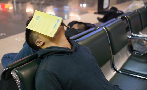 איש ישן בשדה התעופה (צילום: אימג'בנק / Thinkstock)