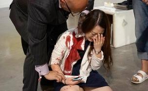 דקירה בתערוכה (צילום: Miami Herald)