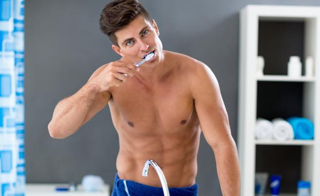 גבר מצחצח שיניים (צילום: אימג'בנק / Thinkstock)