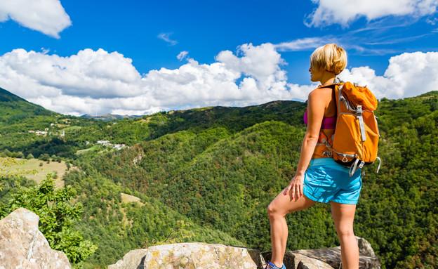 אישה מסתכלת על נוף מהר (צילום: אימג'בנק / Thinkstock)