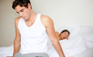 גבר מתוסכל במיטה (צילום: Jacob Wackerhausen, Istock)