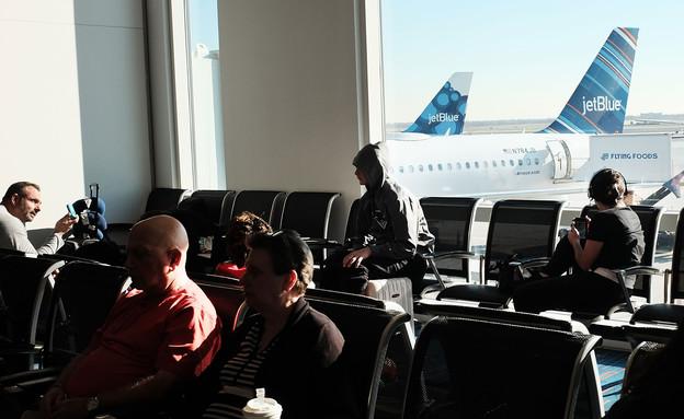 נוסעים ממתינים לטיסה בנמל התעופה JFK בניו יורק (צילום: Spencer Platt, GettyImages IL)