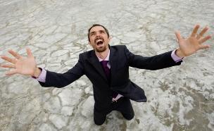 אדם קורא לעזרה במדבר (אילוסטרציה: shironosov, Thinkstock)