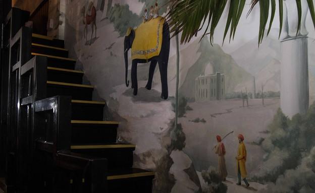 אדורה מדרגות וציור קיר (צילום: שרית גופן)