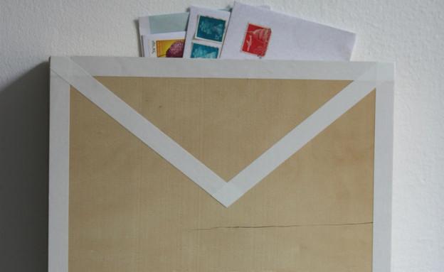 מגירות, תיבת דואר על הקיר (1) (צילום: אפרת יפה)