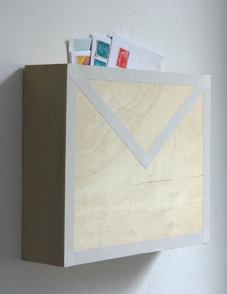 מגירות, תיבת דואר על הקיר (2) (צילום: אפרת יפה)