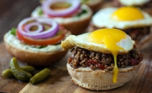 כריך בשר טחון עם ביצת עין (צילום: אסף רונן, אוכל טוב)
