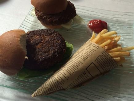 המבורגר זבובים (צילום: ריטה גולדשטיין, אוכל טוב)