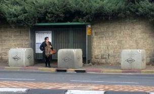 מחכים לאוטובוס לצד הבטונדה (צילום: עמית ולדמן, חדשות 2)