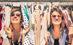 בנות עושות שופינג (צילום: Shutterstock, מעריב לנוער)