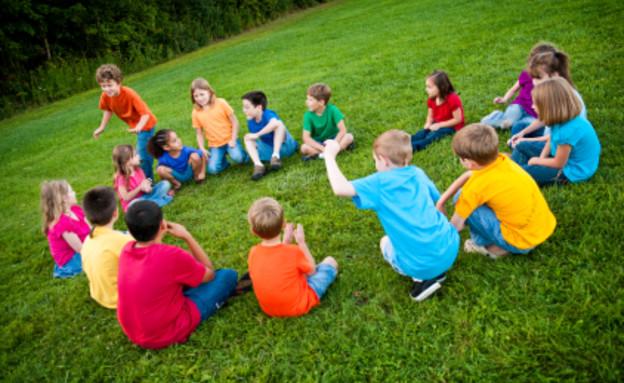 ילדים משחקים גולם במעגל (צילום: Shawn Gearhart, Istock)