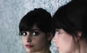 נערה מביטה במראה  (צילום: צילום מסך פליקר)