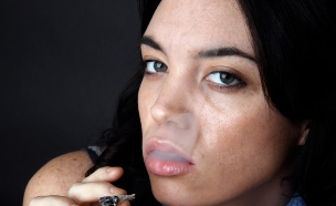 אישה מעשנת ג'וינט (צילום: John Sommer, Istock)