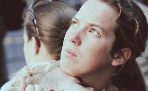אמא עצובה וילד (צילום: צילום מסך flicker)