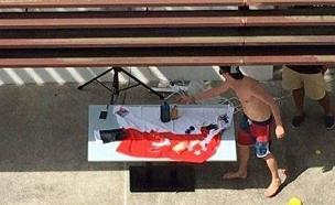 דגל סינגפור משמש כמפת שולחן (צילום: all singapor stuff)