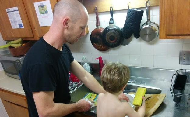 אבא וניצן שוטפים כלים