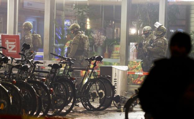 חיילים גרמנים בסמוך לתחנת הרכבת הסגורה (צילום: רויטרס)