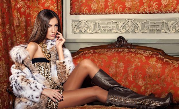 דרישות ניקיון, אישה עשירה על ספה (צילום: yevgenromanenko, Thinkstock)
