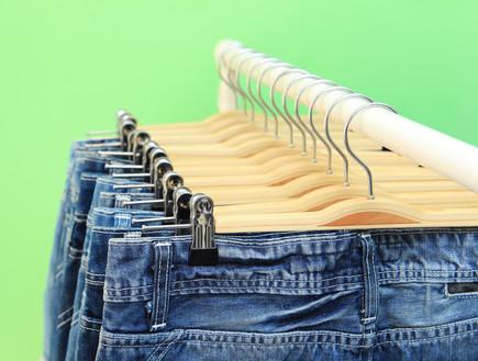 דרישות ניקיון, ג'ינסים על קולבים (צילום: foto76, Thinkstock)