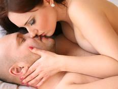 זוג מתנשק (צילום: Nina Vaclavova, Istock)