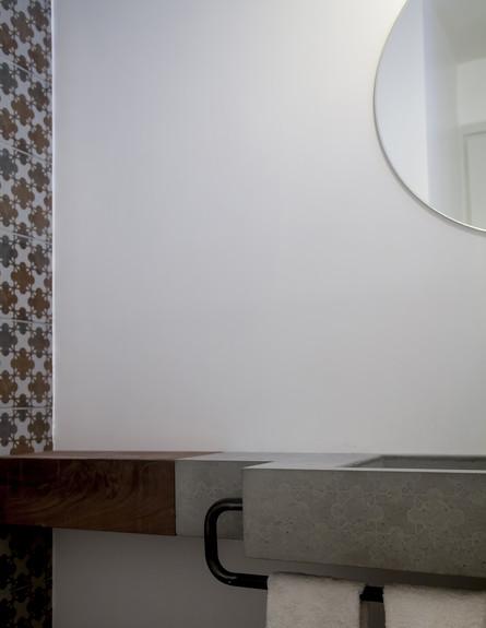 סטודיו 37, שירותי אורחים קיר גב האסלה חופה באריחים של פטרישיה אורק