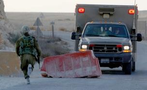 המגנים יחולקו במחסומים ובעמדות הבידוק (א (צילום: רויטרס)
