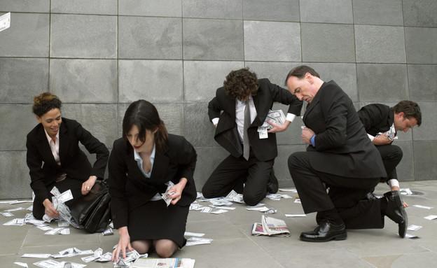 אנשי עסקים אוספים כסף מהריצפה (אילוסטרציה: Michael Blann, Thinkstock)