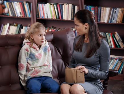 אמא וילדה מדברות על כסף (אילוסטרציה: alexsokolov, Thinkstock)