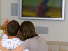 צופים בטלוויזיה (צילום: jupiter images)