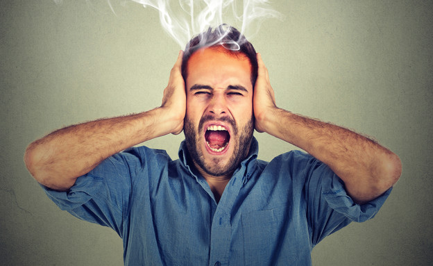 גבר מתוסכל שם ידיים על האוזניים (צילום: pathdoc, Shutterstock)