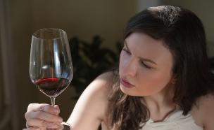 אישה שותה יין (צילום: אימג'בנק / Thinkstock)