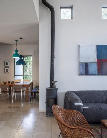 סטודיו 37, סלון מטבח, על הקיר עבודה של האמן הדרוזי סלאח אל קרא