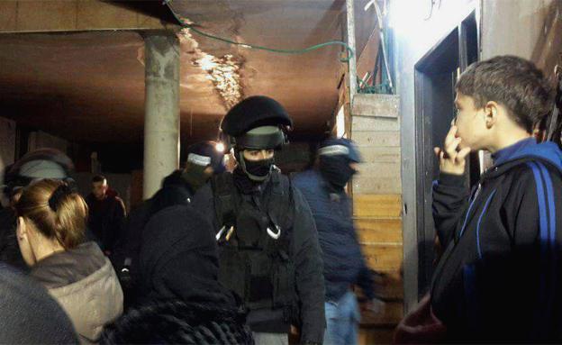 המשפחה ידעה? שוטרים בבית משפחת מלחם, הער (צילום: פוראת נסאר, חדשות 2)