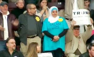 טלאי צהוב מפגינה מוסלמית דונלד טראמפ (צילום: חדשות 2)