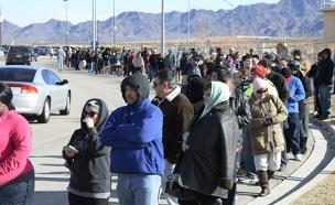 עשרות ממתינים בתור (צילום: רויטרס)