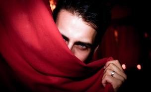 גבר מסתתר (צילום: flickr)